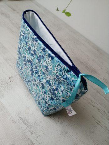 Trousse de toilette en coton enduit Liberty, fleurs bleues